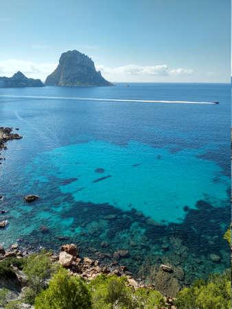 beau panorama de l'îlot d'Es Vedra sur la falaise de Cala D'Hort à Ibiza, île Pitiusa des Baléares