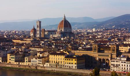 Panorama der Dächer der Stadt Florenz, der toskanischen Hauptstadt, von der Spitze eines kleinen Hügels aus gesehen.