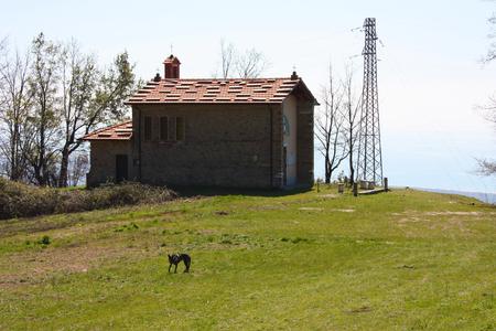 Petite église abandonnée, en désuétude, sur les Alpes Apuanes des Apennins toscans dans une clairière par une journée de printemps ensoleillée