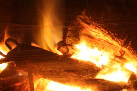 trzaskający ogień rozpalonego kominka, który przypomina zimową świąteczną atmosferę