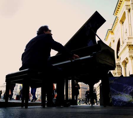 pianista: pianista en la plaza Foto de archivo