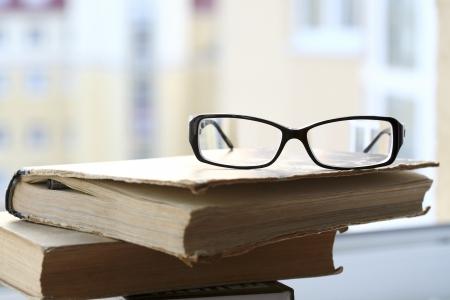 현대 안경 및 오래 된 책