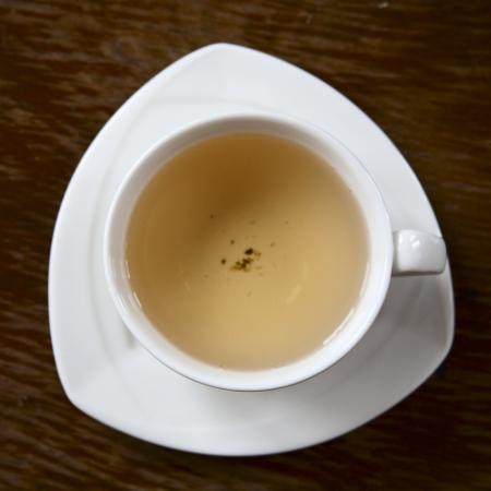 녹차 흰색 컵의 이미지