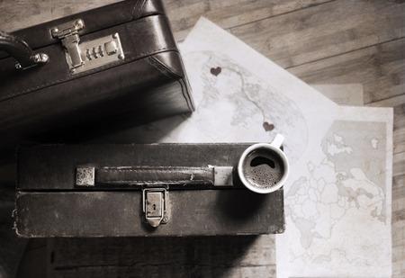 빈티지 스타일의 작품, 커피와 오래 된 가방의 컵 스톡 사진