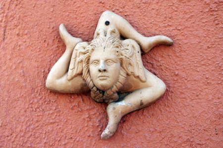 3 本の足を持つ奇妙なテラコッタ シンボル