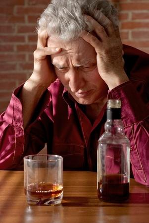 Europäischer Alter Mann mit eine schöne Flasche sitzen
