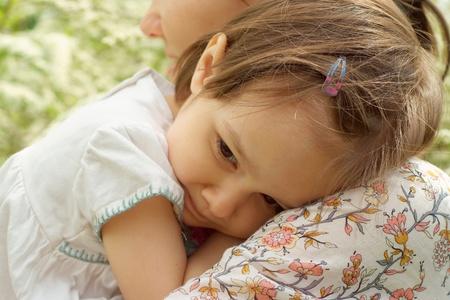 jolie petite fille: Mère et bébé sont allés pour une promenade dans l'air frais