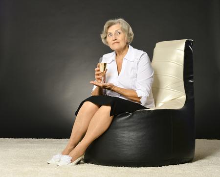mujer elegante: elegante mujer beber champ�n en fondo oscuro