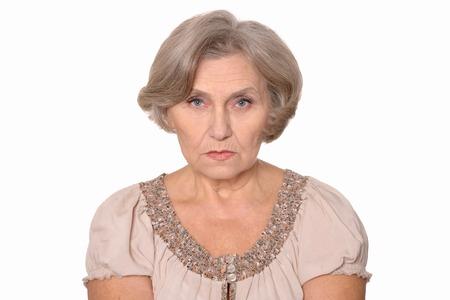 Close-up portret van een oudere vrouw geïsoleerd in de studio