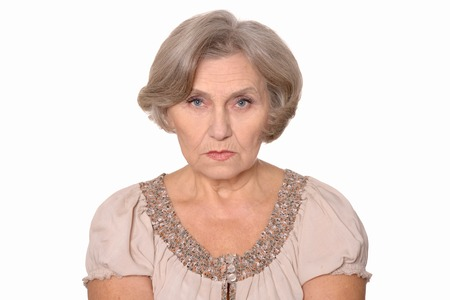 caras tristes: Close-up retrato de una mujer mayor aislados en el estudio