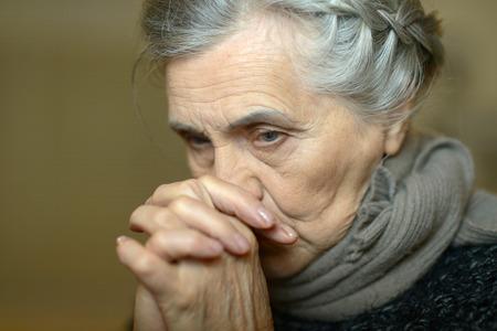 Portret van een trieste oude vrouw thuis Stockfoto