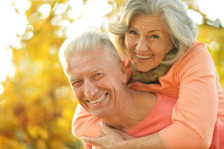 ancianos felices: Hermosas feliz ancianos en el Parque de otoño