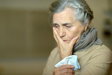 persona enferma: Retrato de una mujer de edad triste lindo