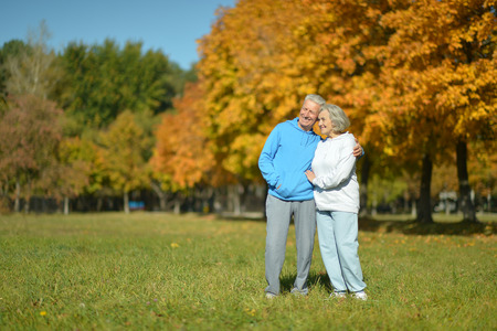ancianos caminando: Feliz pareja de ancianos caminando en el Parque de oto�o