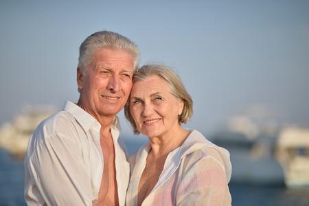 fresh air: Felice Coppia matura in amore godere di aria fresca e vista mozzafiato in vacanza