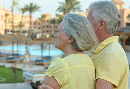 aire puro: Feliz pareja madura disfrutar de aire fresco y vistas impresionantes de vacaciones Foto de archivo