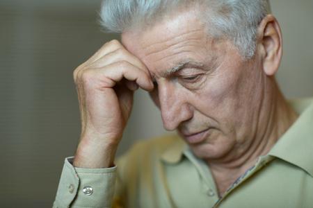 dolor de cabeza: Retrato de un hombre mayor con dolor de cabeza
