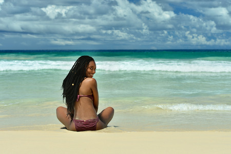 beautiful young girl sitting on the beach Imagens - 40199312