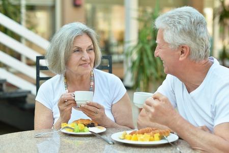 vejez feliz: Senior pareja feliz desayunando en la cafetería
