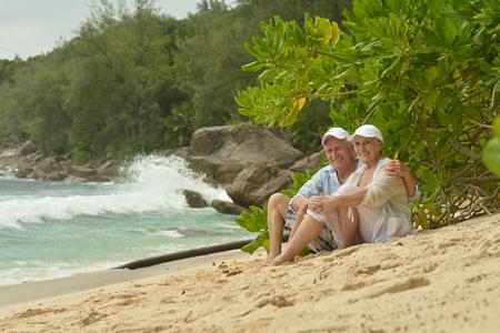 femme romantique: Heureux couple de personnes �g�es assis sur un banc � l'ext�rieur Banque d'images