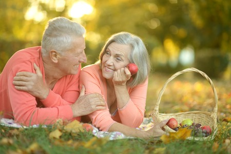 copule: Retrato de divertida pareja de ancianos en comida campestre