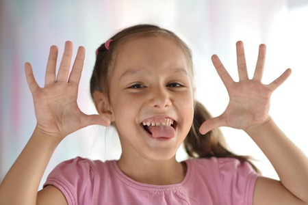 lengua afuera: Retrato de una hermosa niña con la lengua fuera