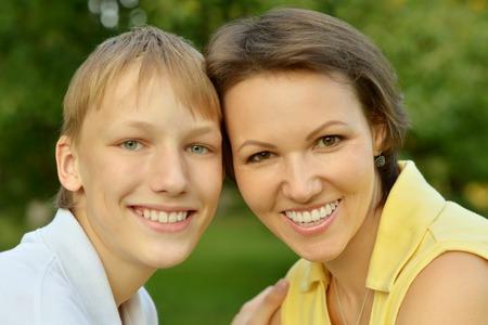 mama e hijo: Madre feliz con su hijo en el parque en verano