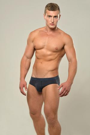desnudo: Hombre joven, deportivo, guapo con el torso desnudo