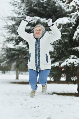 mujeres maduras: Retrato de una hermosa mujer de edad salto en el invierno