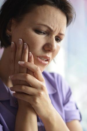 dent douleur: Portrait d'une femme malade avec la douleur des dents