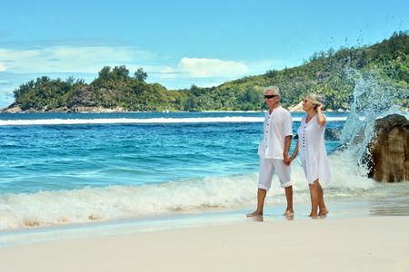 persona de la tercera edad: Feliz pareja de ancianos de descanso en el resort tropical Foto de archivo