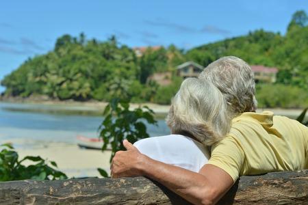 Gelukkig bejaarde echtpaar rusten bij tropische toevlucht Stockfoto