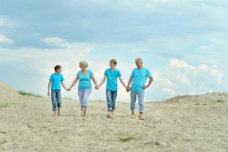 abuelos: Abuelos felices con los nietos en la playa