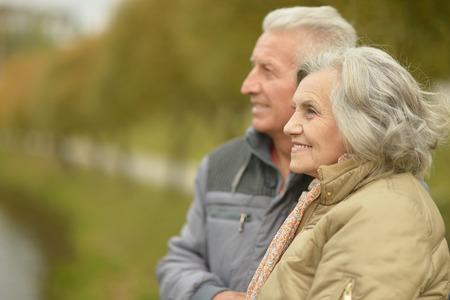 adulto mayor feliz: Pareja de ancianos sonriendo juntos sobre fondo natural