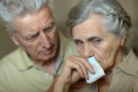 enfermos: Retrato de pareja de ancianos enfermos con el pa�uelo
