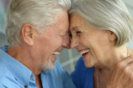 Portret van een gelukkige senior paar thuis