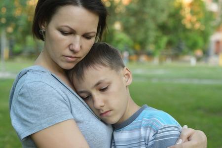 Sad moeder met zoon op een wandeling in de zomer park Stockfoto