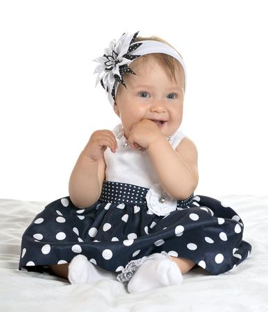 ojos hermosos: Retrato de hermoso bebé en el vestido lindo con la flor en su cabeza