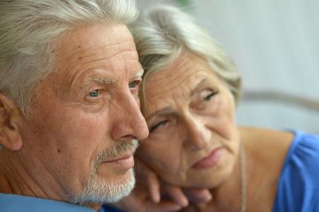 Portret van een trieste senior paar thuis
