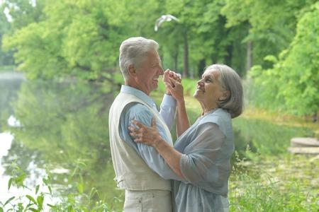 pareja bailando: Baile feliz maduro en el parque en día de verano Foto de archivo