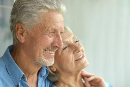 집에서 행복 수석 커플의 초상화 스톡 콘텐츠