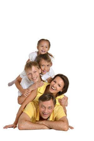흰 배경에 고립 된 귀여운 행복한 가족