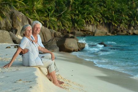 jubilados: Hermosa feliz pareja de ancianos de descanso en el resort tropical