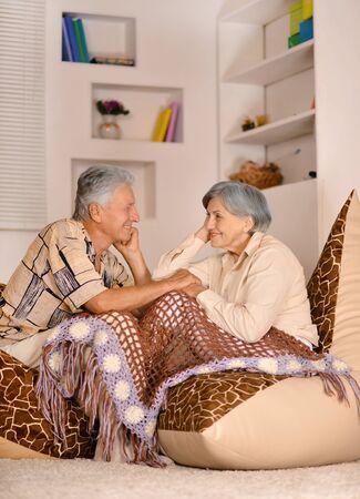 piheno: Boldog idős házaspár pihenő, ül a székre