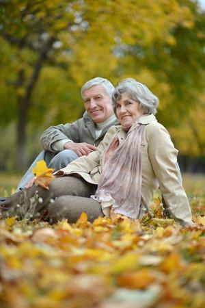 menschen sitzend: Sch�ne gl�ckliche alte Menschen sitzen in der Herbst-Park