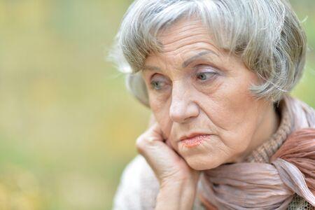 femme triste: Portrait d'une femme �g�e triste r�fl�chie close-up Banque d'images