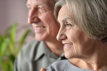 vejez feliz: Agradable agradable pareja de ancianos juntos en casa