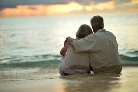 damas antiguas: Hermosa feliz pareja de ancianos de descanso en el resort tropical, vista posterior Foto de archivo