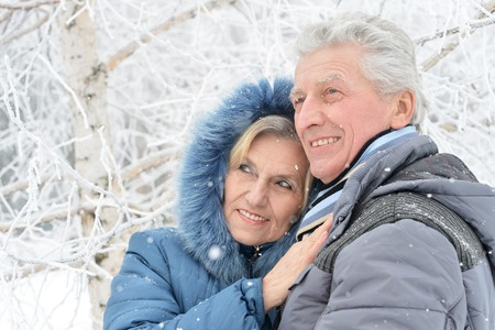 겨울 야외에서 행복 한 고위 커플의 초상화