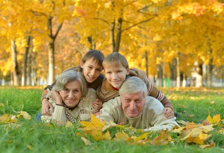 abuelos: Abuelos y nietos juntos en el Parque de otoño Foto de archivo